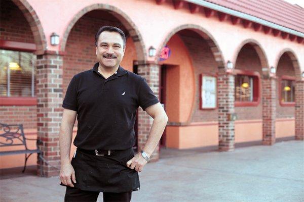 Dining_Servers_Original_Mexican_Restaurant_Fidel_Villasenor_JAY_PAUL_rp0416.jpg