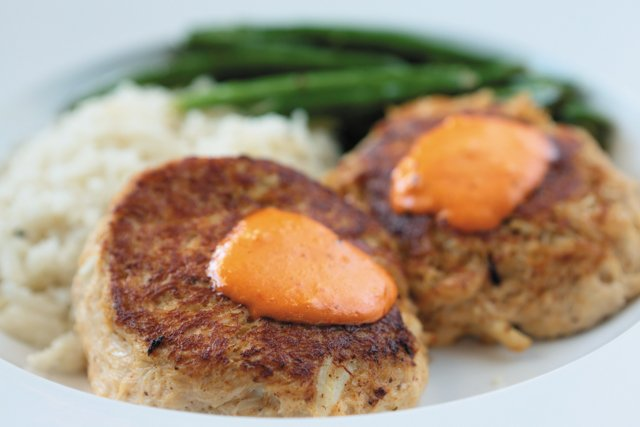 Dining_Review_LibertyPortraitHouse_Crabcakes_JAYPAUL_rp1116.jpg