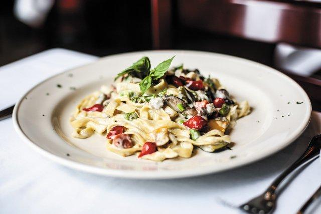 Dining_Review_LaGrotta_Fettuccine-primavera_JUSTINCHESNEY_rp1017.jpg
