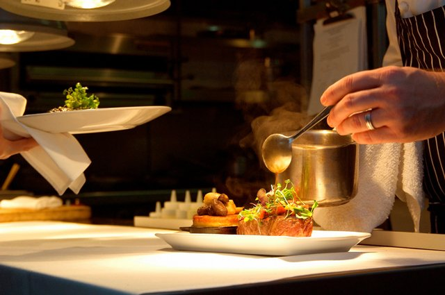 chef-plate_ThinkstockPhotos-122569492.jpg