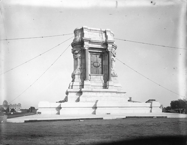 feature_lee_monument_pedestal_Cook4642_rp1217.jpg