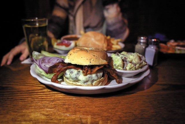 Features_Burgers_TheSidewalkCafe_CHENLAOU_rp0118.jpg