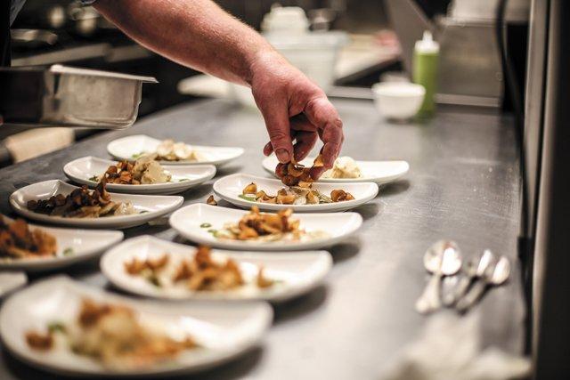 Dining_Review_BrokenTulip_plating_JUSTIN_CHESNEY_rp0318.jpg