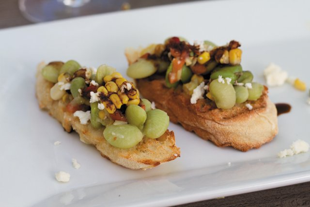 Feature_B&W_Dining_TheDailyCrostinis_JV_rp0818.jpg