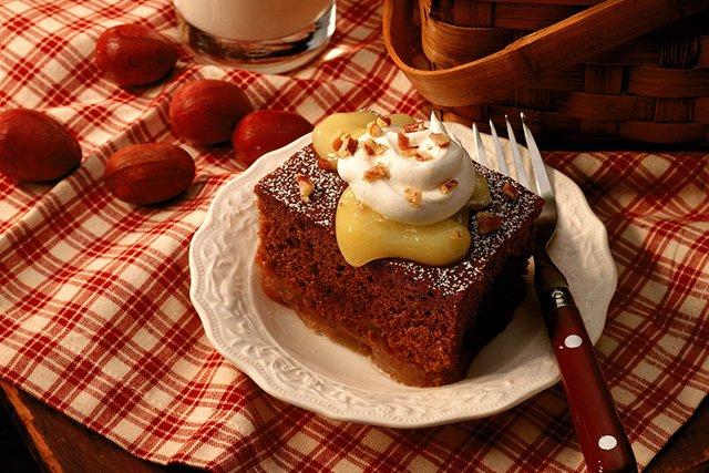 gingerbread-cake_GettyImages-86529718_teaser.jpg
