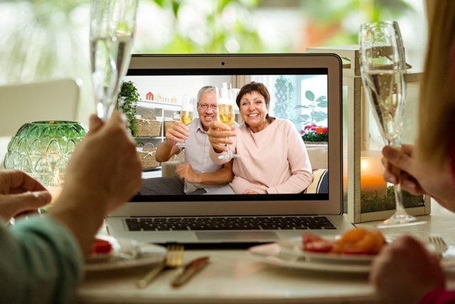 facetime-thanksgiving_GettyImages-1221634973.jpg