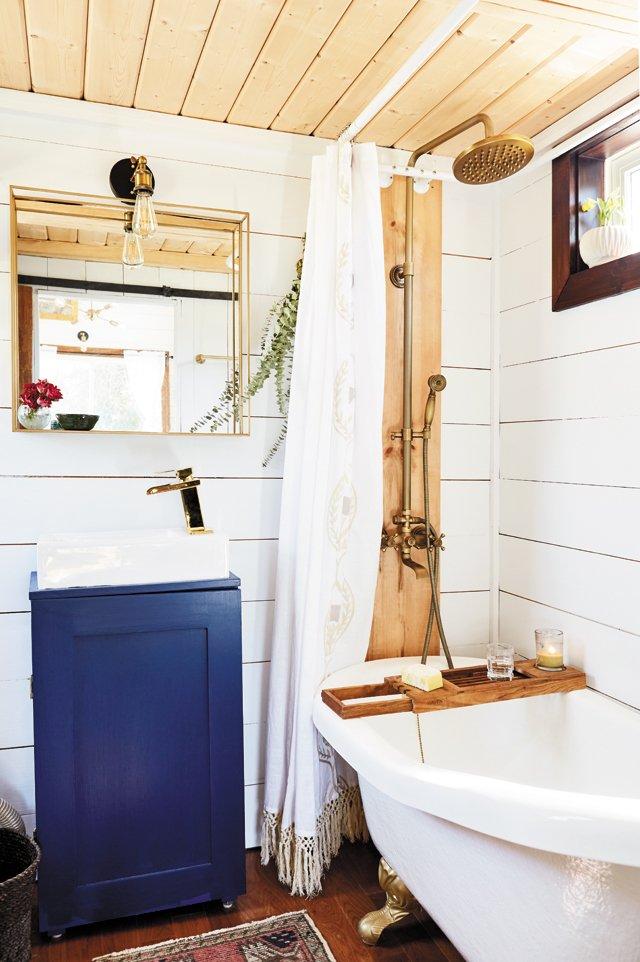 Feature_TinyHouse_Bathroom_ALEXISCOURTNEY_hp0521.jpg