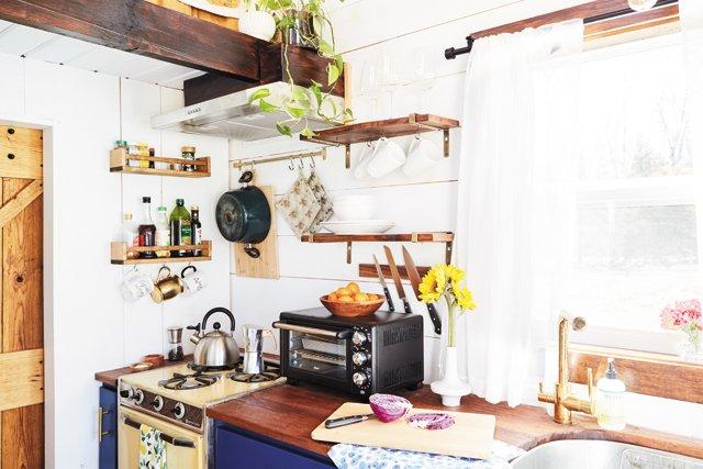 Feature_TinyHouse_Kitchen_ALEXISCOURTNEY_hp0521.jpg