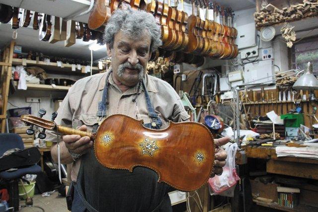 A&E_Violins_Amnon Weinstein in workshop_CourtestVirginiaHolocaustMuseum_rp0921.jpg