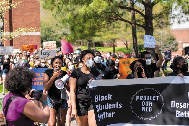 CollegeGuide_NameChange_URProtest_ETHAN_SWIFT_rp0921.jpg