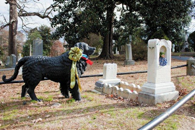 Welcome_Cemeteries_Hollywood_Cemetery2_Black_Dog_JV_rp0215.jpg